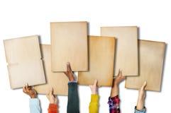Groupe de mains diverses tenant de vieux papiers Image libre de droits