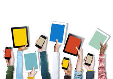 Groupe de mains diverses tenant des dispositifs de Digital photographie stock libre de droits