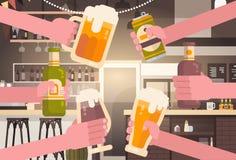 Groupe de mains faisant tinter des personnes de bière dans le concept encourageant de festival de célébration de partie de bar ou Photographie stock