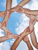 Groupe de mains formant une chaîne Images libres de droits
