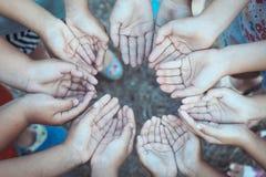 Groupe de mains ouvertes du ` s d'enfants ensemble Images libres de droits