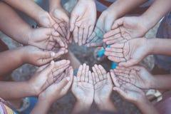 Groupe de mains ouvertes du ` s d'enfants ensemble Image stock