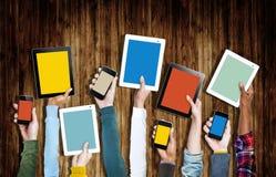 Groupe de mains tenant des dispositifs de Digital images libres de droits