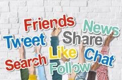 Groupe de mains tenant des mots sociaux de media Photos libres de droits