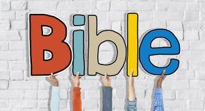 Groupe de mains tenant la bible de lettre Image libre de droits