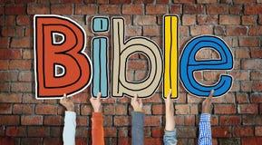 Groupe de mains tenant la bible de lettre Photographie stock libre de droits