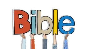 Groupe de mains tenant la bible de Word Images stock