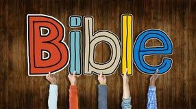Groupe de mains tenant la bible de Word Photo libre de droits