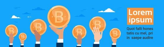 Groupe de mains tenant la crypto devise Digital de Bitcoin ou la bannière horizontale de Web de concept virtuel d'argent Photographie stock