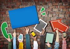 Groupe de mains tenant le concept de dispositifs de Digital illustration stock