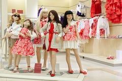 Groupe de mannequins femelles dans le magasin d'habillement Photographie stock