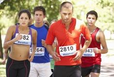 Groupe de marathoniens au début de la course Photographie stock libre de droits