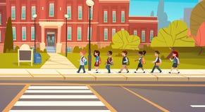 Groupe de marche de course de mélange d'élèves aux étudiants primaires d'écoliers de bâtiment scolaire illustration stock