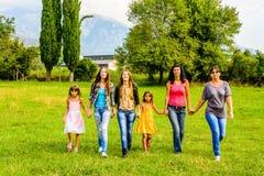 Groupe de marche de marche d'amis féminins par le parc Images libres de droits
