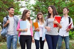 Groupe de marche de sourire d'étudiants extérieure Images libres de droits