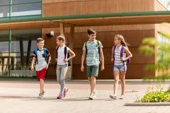 Groupe de marche heureuse d'étudiants d'école primaire Images libres de droits
