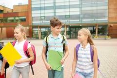 Groupe de marche heureuse d'étudiants d'école primaire Photos stock