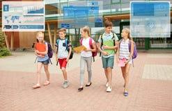 Groupe de marche heureuse d'étudiants d'école primaire Photo stock