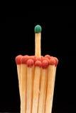 Groupe de matchs en bois rouges avec le match vert Photo stock