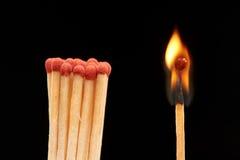 Groupe de matchs en bois rouges se tenant avec le match brûlant Photos libres de droits