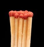 Groupe de matchs en bois rouges sur le fond noir Photographie stock libre de droits