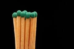 Groupe de matchs en bois verts sur le fond noir Photo libre de droits