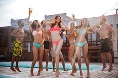 Groupe de meilleurs amis ayant l'amusement à la piscine Photo libre de droits