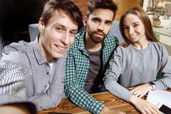 Groupe de meilleurs amis gais heureux faisant le selfie Photo libre de droits