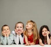 Groupe de mensonge de petits enfants Photographie stock libre de droits