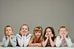 Groupe de mensonge de petits enfants Photo libre de droits