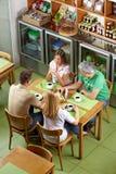 Groupe de militaires de carrière dans le restaurant Photo libre de droits