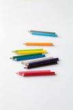 Groupe de mini crayons colorés d'amusement d'isolement sur le blanc Groupe de petits crayons en bois colorés mignons Photos stock