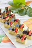 Groupe de mini gâteaux mousseline carrés photos stock
