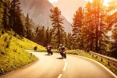 Groupe de motocyclistes sur la route montagneuse images libres de droits