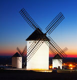 Groupe de moulins à vent chez Campo de Criptana dans le coucher du soleil Images stock