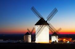 Groupe de moulins à vent chez Campo de Criptana dans le coucher du soleil Photo stock