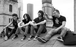 Groupe de musiciens sur un toit. Photo libre de droits