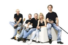 Groupe de musique de la jeunesse avec des instruments blanc d'isolement par balai photos libres de droits
