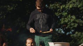 Groupe de narguilé des jeunes et de barbecue de tabagisme de fabrication dehors en nature banque de vidéos