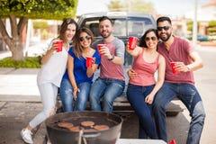 Groupe de non-respect des distances de sécurité d'amis et d'hamburgers de griller Photographie stock libre de droits