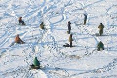 Groupe de pêcheurs sur la pêche d'hiver sur la glace du golfe de Finlande Photographie stock
