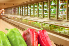 Groupe de paprika rouge et vert dans le supermarché photos stock