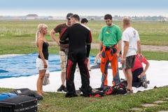 Groupe de parachuters dans un club de parachute photo stock