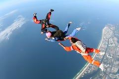Groupe de parachutisme au-dessus de la côte Image stock
