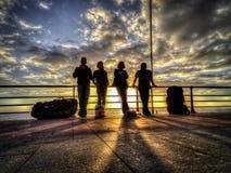 Groupe de parapentistes attendant sur une plage Images stock