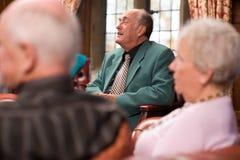 Groupe de parler de personnes plus âgées Photos stock
