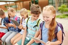Groupe de parler heureux d'étudiants d'école primaire Photographie stock libre de droits