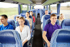 Groupe de passagers heureux dans l'autobus de voyage Image stock