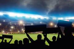 Groupe de passionés du football sur la tribune, vue arrière photo libre de droits