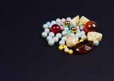 Groupe de perles pour les bijoux de fabrication manuels sur le noir d'isolement Images stock